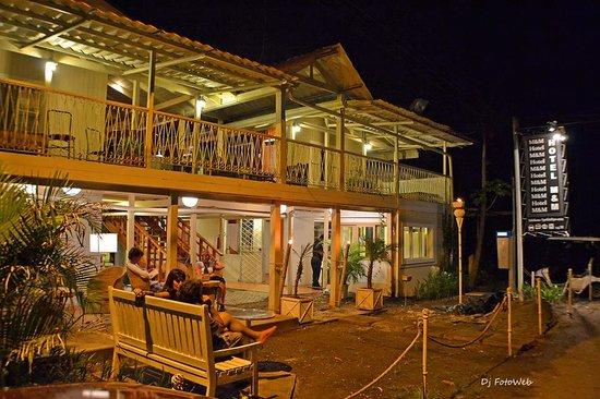 Hotel M&M Beach House: Hotel at night