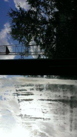 Hyatt House Dallas/Uptown: Dirty window, poor view