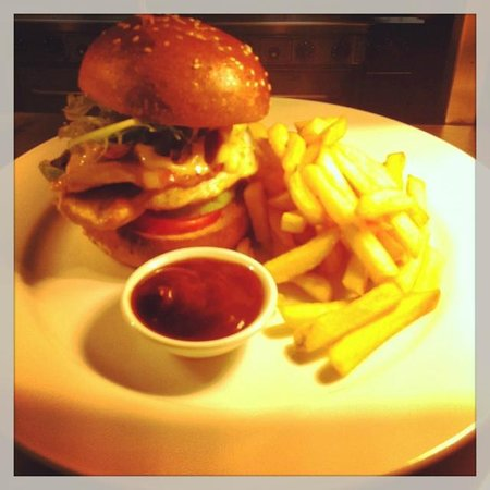 New Windsor Hotel: PeriPeri Chicken Burger $18