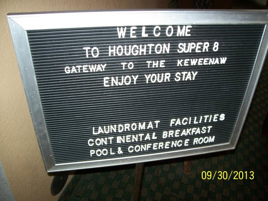 Super 8 Houghton: Welcome sign in lobby