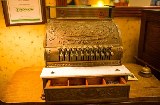Farmers Guest House: B&B decor; Old cash register