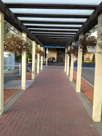Chateau Louis Hotel & Conference Centre: Walkway into front entrance