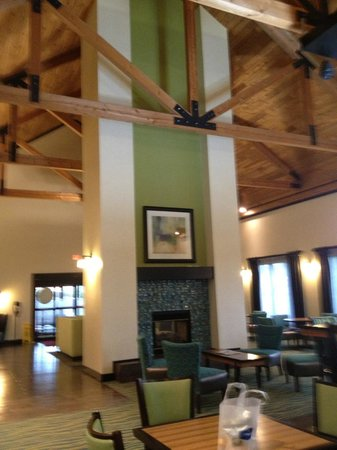 Hampton Inn and Suites Toledo-North: Dining area and common room on Ground Level