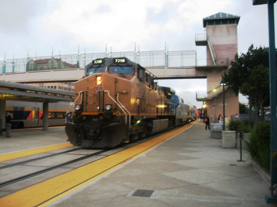 HYATT house Emeryville / San Francisco Bay Area: Up the elevator and across the tracks to hotel