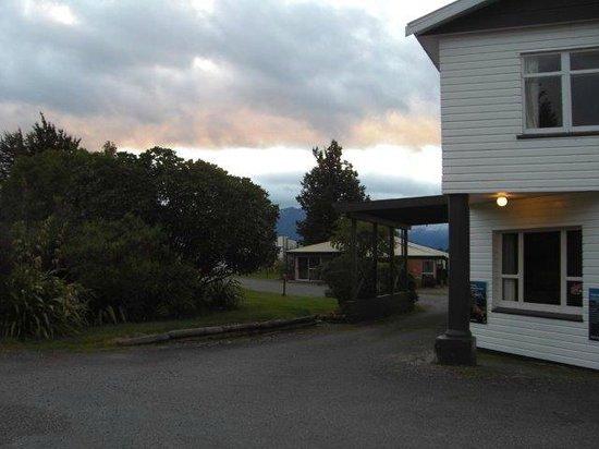 Fiordland National Park Lodge: lodge on the left