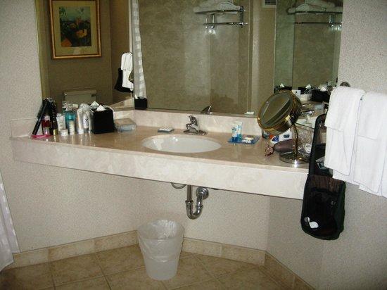 HYATT house Emeryville / San Francisco Bay Area: V large bathroom with bath