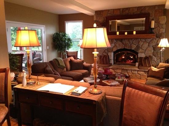The DreamGiver's Inn : living room with fire place