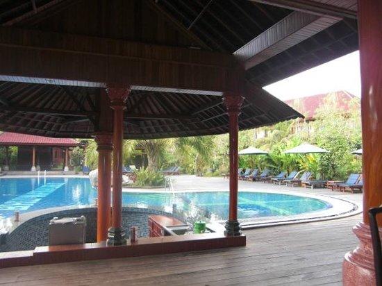 Bhuwana Ubud Hotel: In restaurant looking at Pool