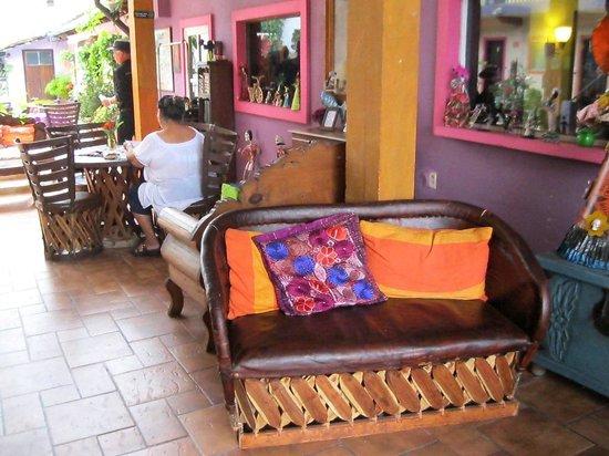 Hotel Yazmin: lobby seating