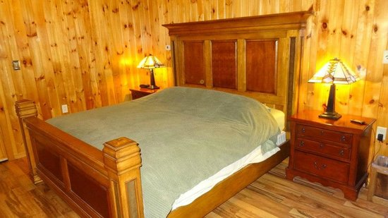 Cable Nature Lodge: King Bed in Namakagon Room