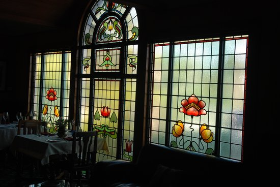 Shelburne Inn: Restaurant leaded glass windows
