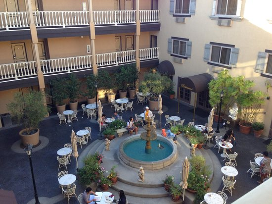 Ayres Hotel & Suites in Costa Mesa - Newport Beach : Court-outside restaurant