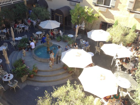 Ayres Hotel & Suites in Costa Mesa - Newport Beach : Court-outside restaurant with lively crowd