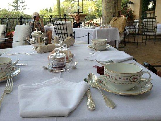 Villa Gallici : 朝食のテラスは夢のようなセッティング