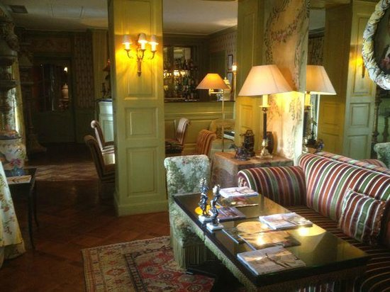 Villa Gallici : 昼はロビー、夜はステキなバーに