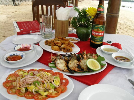 Thande Beach Hotel: Simple but delicious lunch just along the beach from the hotel