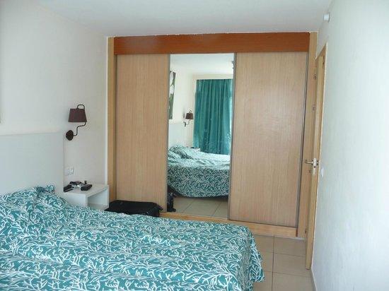 Revoli Aparthotel: bedroom wardrobes