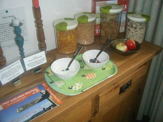 Upper Middle Road Farm: Fresh fruit, yoghurt and cereal. We had it all for breakfast and it was gorgeous, not together o