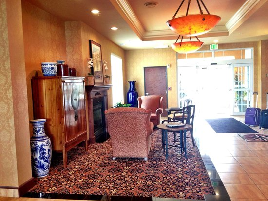 Holiday Inn Express and Suites Astoria: Furniture near front desk