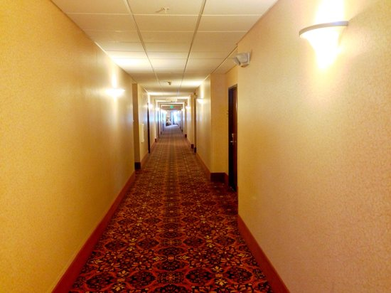 Holiday Inn Express and Suites Astoria: Corridor to hotel room
