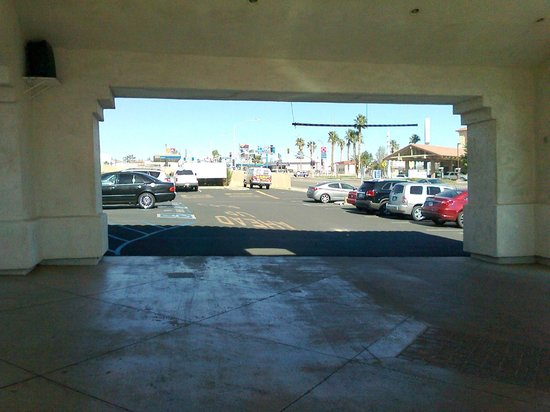 Quality Inn On Historic Route 66: Unload the car in the shade, like we should have done