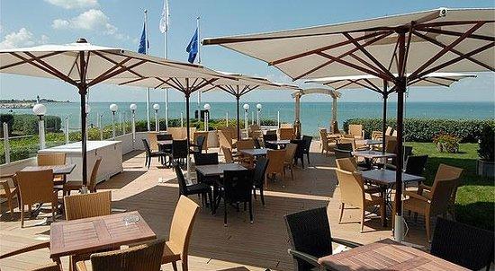 Hotel Le Richelieu : terrasse face à la mer