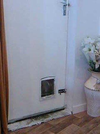 Aartswood Guest House: door to dining room