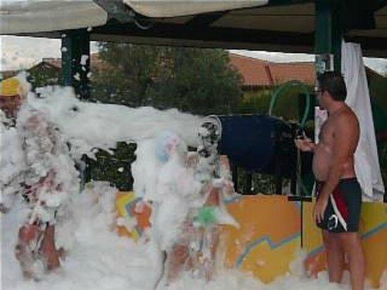 Casa in Maremma: tutti in piscina per lo schiuma party 3