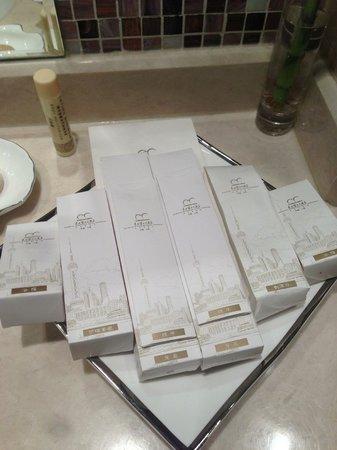 Oriental Riverside Hotel: Bathroom products