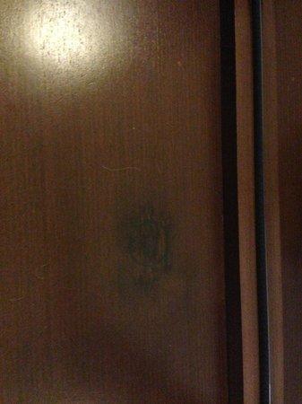 Hotel Admiral: Пятна на мебели