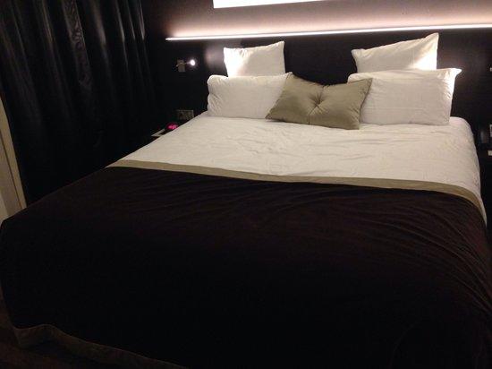LE COLISEE Hotel & Spa : lit king très confortable