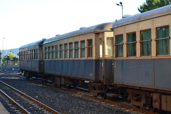 Il Trenino Verde della Sardegna: Delle carrozze alla stazione di Mandas