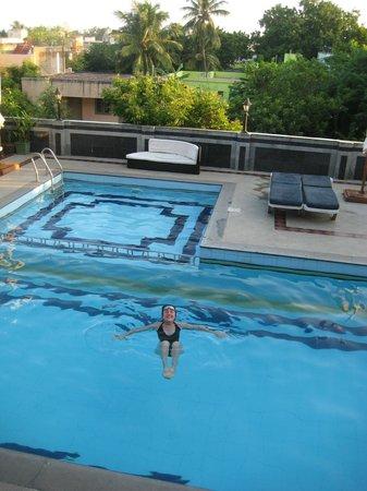 Hotel Mamalla Heritage : Enjoying the lovely swimming pool