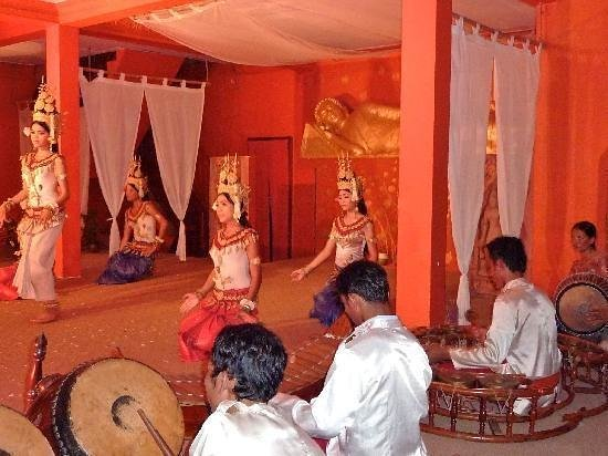 Chhayakim Private Angkor Wat Tours: Performance of traditional diner and show