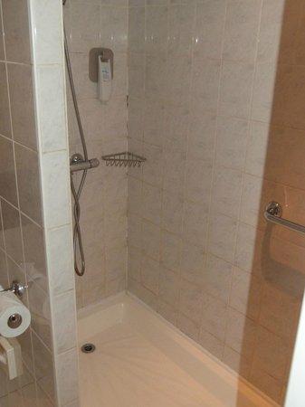 Ibis Chesterfield North: shower