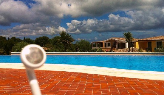 iGV Club SantaClara: Foto lounge da bordo piscina con auricolare per musica