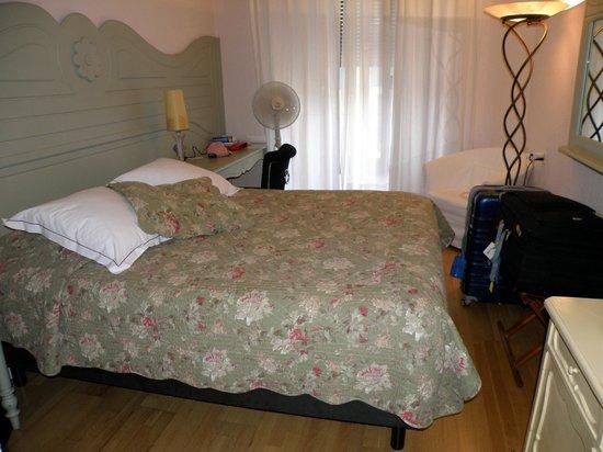 Hotel Les Arcades: Room 212