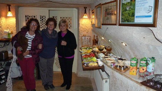 Oyku Evi Cave Hotel: L-R Ayse Owner/manager and gusts