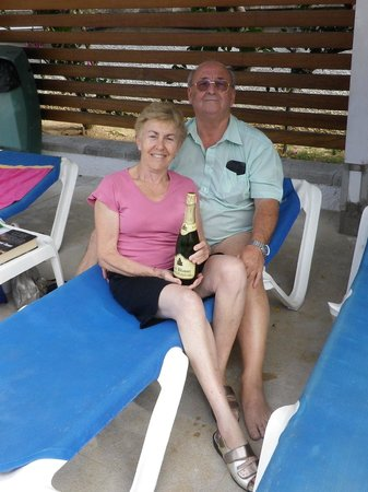 Puerto Azul Suite Hotel: We won the general knowledge quiz with 2 couples from Somerset got a bottle of Bubbly to share