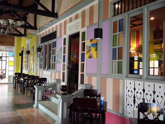 Purple Fountain  Inn: White Fence