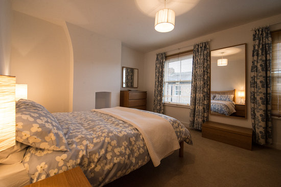 Oakfield Court Apartment Hotel: Number Sixteen Master Bedroom with Kingsize bed