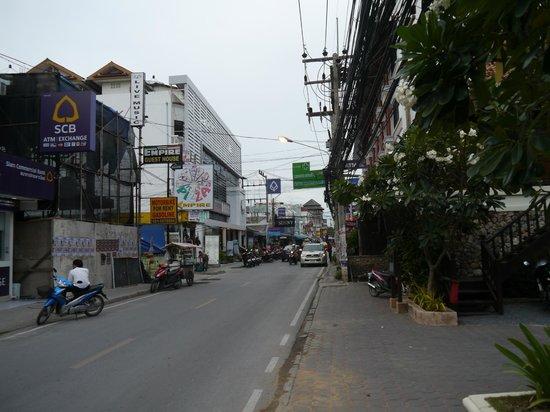 Poppies Samui: Straßenmeile vor dem Hotel