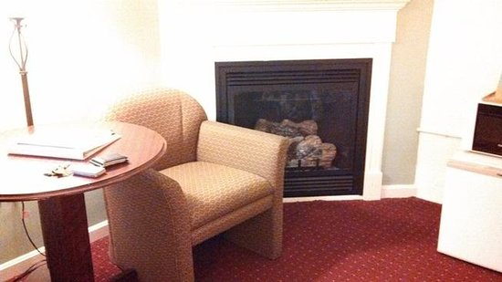Fireside Inn & Suites, Bangor: fireplace in room