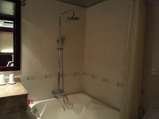 La Belle Vie Hotel: Bath