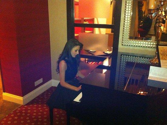 York Marriott Hotel: Piano in the lobby
