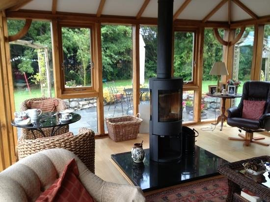 Cysgod y Garn: Conservatory area with the wood heater (very effective)