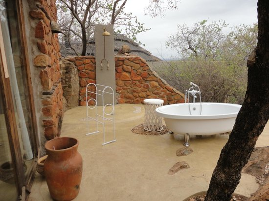 Madikwe Hills Private Game Lodge: Outdoor bathroom