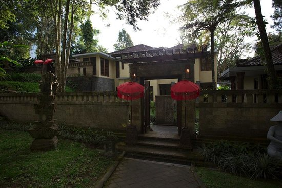 Puri Candikuning Retreat: at the gate of Villa