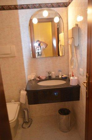 Hotel Lazio: Ванная комната