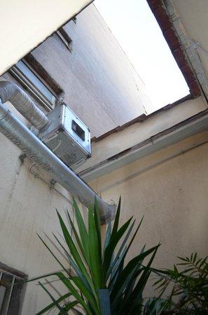 Hotel Lazio: балкон-колодец